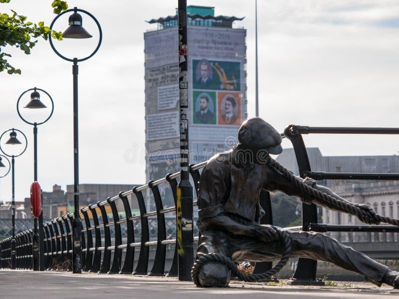 Γλυπτό χαλκού του εργαζομένου αποβαθρών στο Δουβλίνο, Ιρλανδία - Lineman στοκ εικόνες