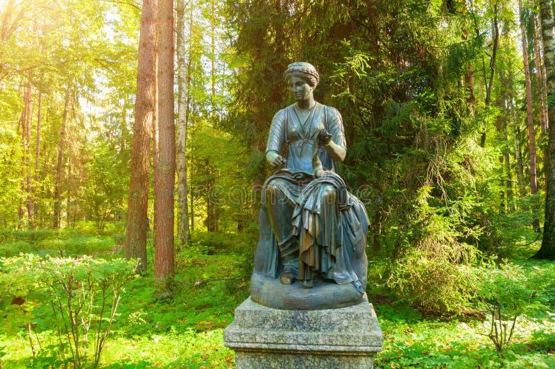 Γλυπτό χαλκού Euterpe - η μούσα της μουσικής και της ευγλωττίας, με έναν κύλινδρο στο χέρι της Pavlovsk, Αγία Πετρούπολη, Ρωσία στοκ φωτογραφίες