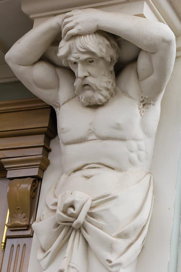 Γλυπτό Atlant Αρχιτεκτονικό στοιχείο Ελληνική μυθολογία Διακόσμηση Η λατρεία της ομορφιάς του ανθρώπινου σώματος στοκ φωτογραφία με δικαίωμα ελεύθερης χρήσης