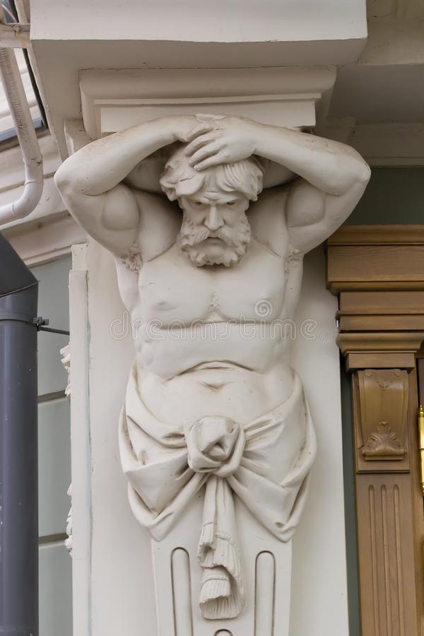 Γλυπτό Atlant Αρχιτεκτονικό στοιχείο Ελληνική μυθολογία Διακόσμηση Η λατρεία της ομορφιάς του ανθρώπινου σώματος στοκ εικόνες