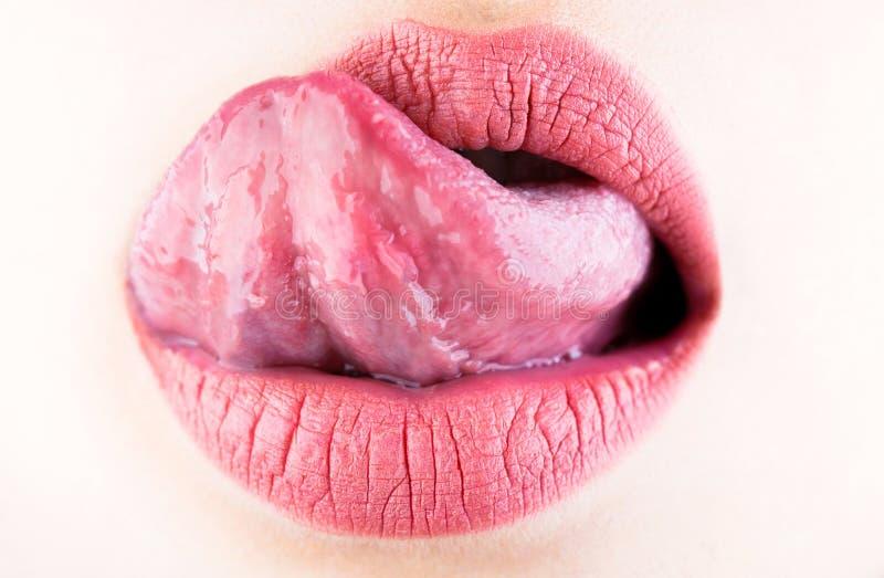 Γλώσσα και προκλητικό στόμα Χείλι σύστασης, μακροεντολή, μόδα Χειλική προσοχή και ομορφιά, σύσταση Χείλι γυναικών, θηλυκά χείλια στοκ εικόνες με δικαίωμα ελεύθερης χρήσης