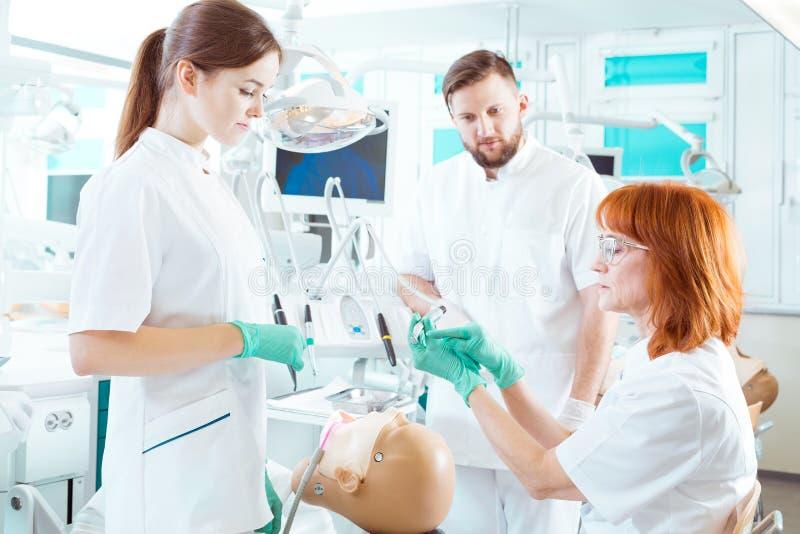Γνωριμία να είναι γνωστή η χρήση των διαφορετικών οδοντικών εργαλείων στοκ εικόνες