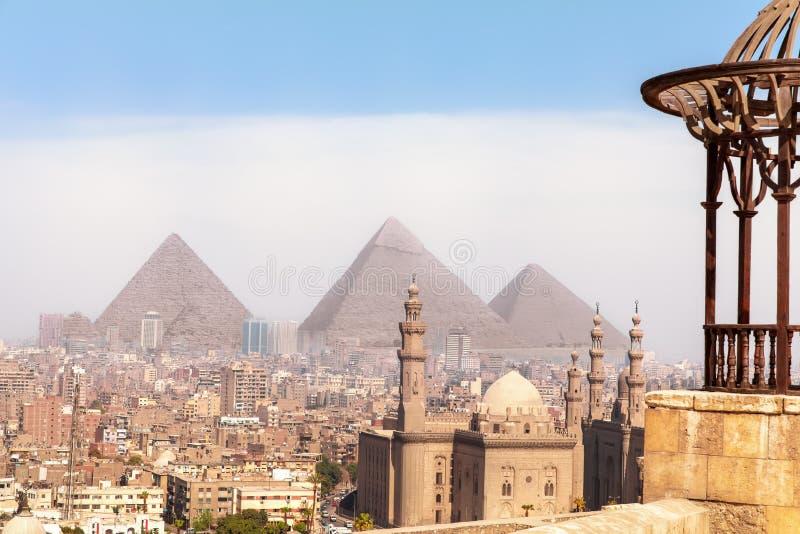Γνωστές κόσμος θέες της Αιγύπτου, άποψη σχετικά με τις πυραμίδες Giza και το μουσουλμανικό τέμενος του Καίρου στοκ φωτογραφία με δικαίωμα ελεύθερης χρήσης