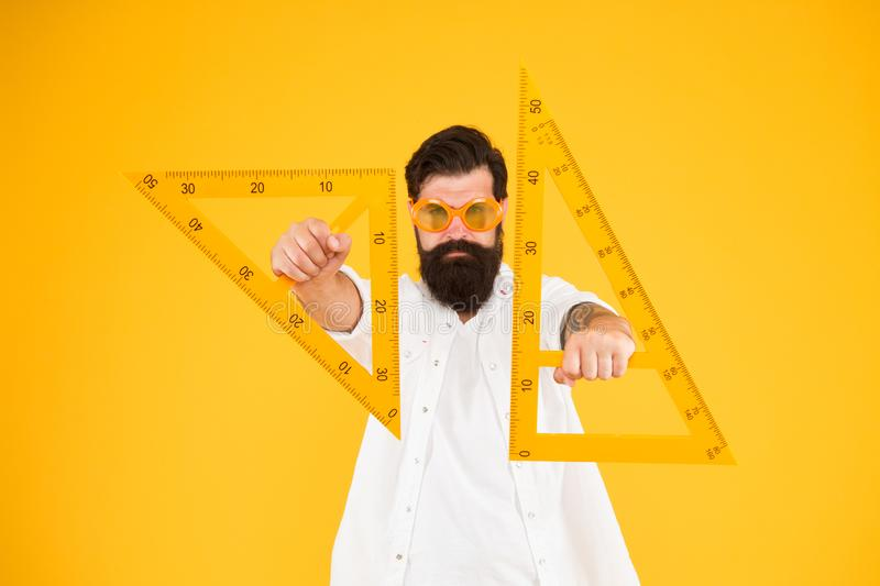 Γνώση δύναμης Γενειοφόρο τρίγωνο nerd Έξυπνος σπουδαστής Δάσκαλος γεωμετρίας Σπουδαστής που χρησιμοποιεί την όργανο μέτρησης engi στοκ εικόνες