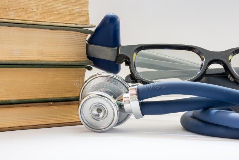 Γνώση, εκπαίδευση, ιατρική και ιατρική πρακτική Ο σωρός των βιβλίων βρίσκεται κοντά στο στηθοσκόπιο, το νευρολογικά λαστιχένια σφ στοκ φωτογραφία με δικαίωμα ελεύθερης χρήσης