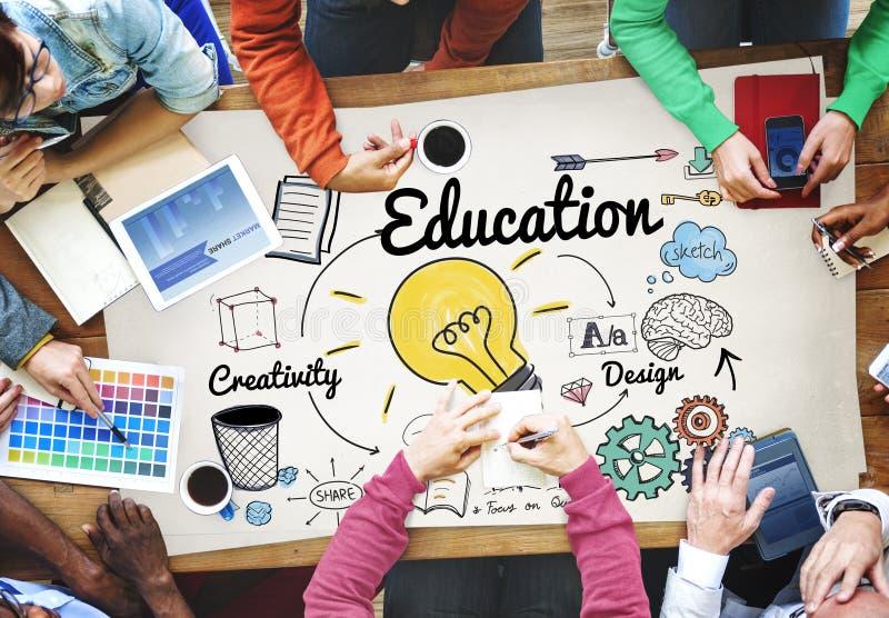 Γνώση εκπαίδευσης που μελετά την πανεπιστημιακή έννοια εκμάθησης στοκ εικόνες
