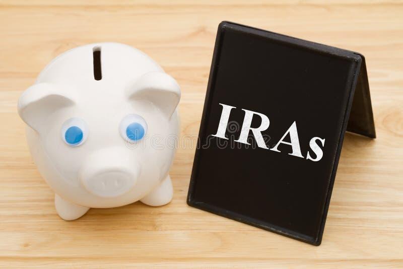 Γνώση των επιλογών της IRA σας με τη piggy τράπεζα στοκ εικόνα με δικαίωμα ελεύθερης χρήσης