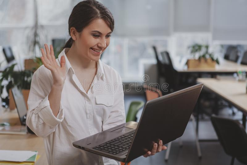 Γοητεία της νέας επιχειρηματία που εργάζεται στο γραφείο της στοκ φωτογραφία