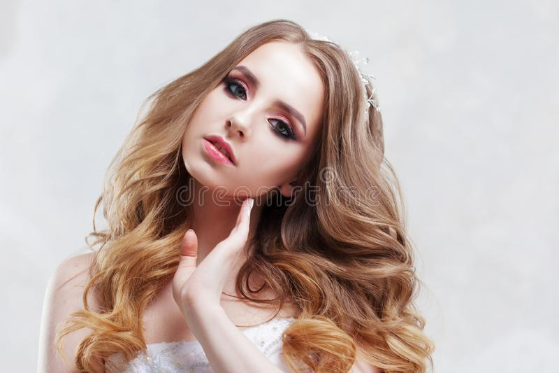 Γοητεία της νέας νύφης με την πολυτέλεια hairstyle Όμορφη γυναίκα με το μοντέρνο γάμο makeup Χνουδωτές μπούκλες Hairstyle στοκ εικόνες με δικαίωμα ελεύθερης χρήσης
