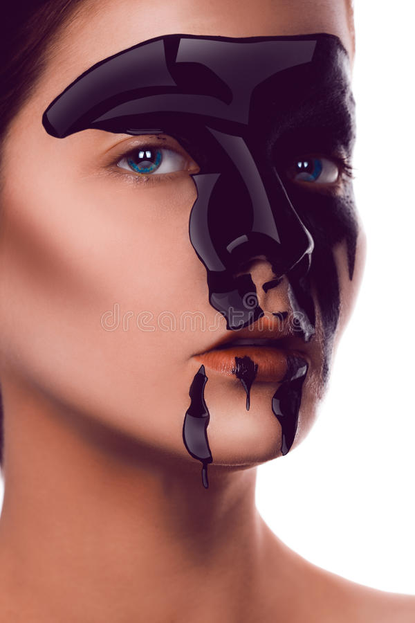 Γοητεία του ενήλικου κοριτσιού με το μαύρο χρώμα στο πρόσωπο που εξετάζει τη κάμερα στοκ φωτογραφία με δικαίωμα ελεύθερης χρήσης
