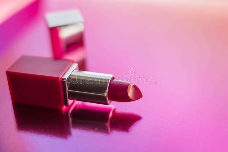 Γοητευτικά κραγιόν, κομψό ρόδινο κραγιόν για το makeup, ρόδινη σύσταση που απομονώνεται στο λαμπρό υπόβαθρο Διακοσμητικό καλλυντι στοκ φωτογραφία