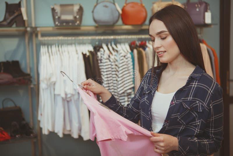 Γοητευτικές νέες αγορές γυναικών στο κατάστημα ιματισμού στοκ φωτογραφία με δικαίωμα ελεύθερης χρήσης