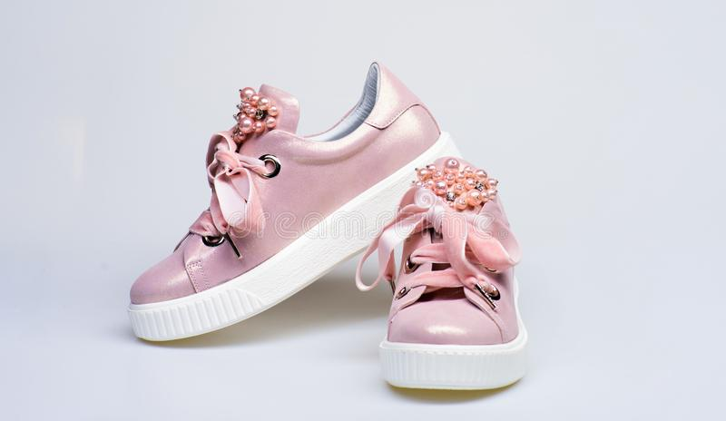 Γοητευτική έννοια πάνινων παπουτσιών Υποδήματα τα κορίτσια και τις γυναίκες που διακοσμούνται για με τις χάντρες μαργαριταριών Χα στοκ εικόνα με δικαίωμα ελεύθερης χρήσης