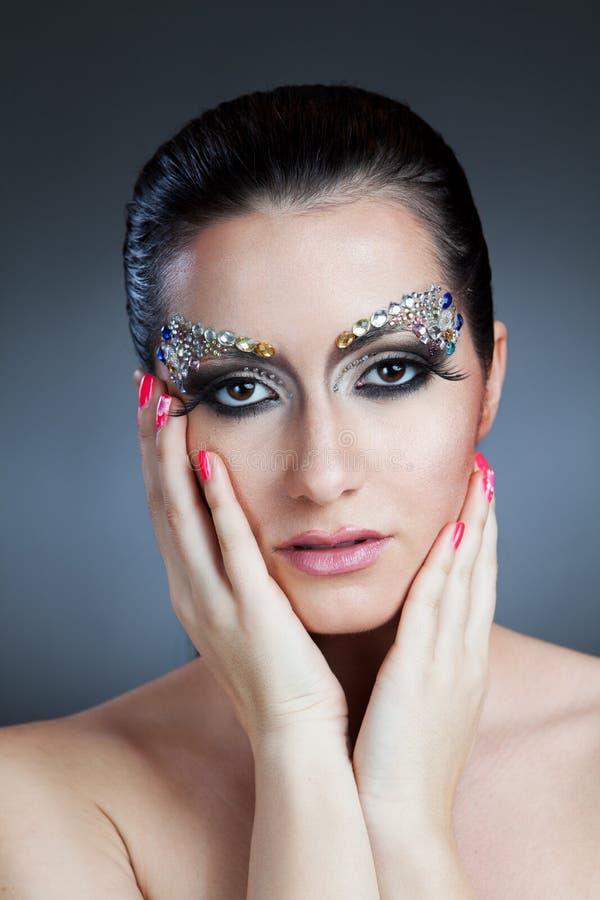 Γοητευτική γυναίκα με τη σύνθεση κοσμήματος στοκ εικόνες με δικαίωμα ελεύθερης χρήσης