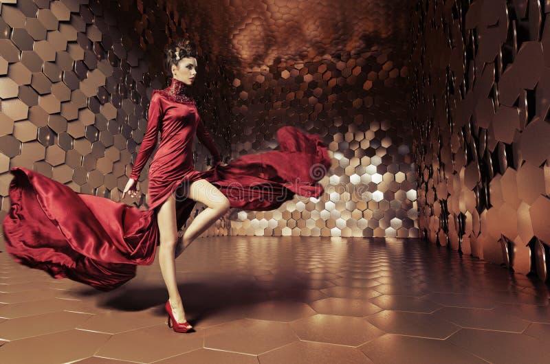 Γοητευτική γυναίκα με το κυματιστό φόρεμα στοκ φωτογραφία με δικαίωμα ελεύθερης χρήσης