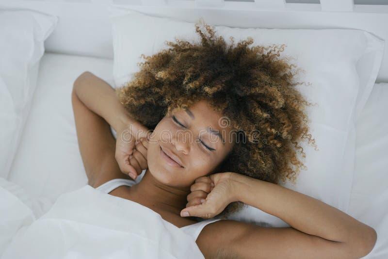 Γοητευτική γυναίκα που ξυπνά ευτυχώς στοκ φωτογραφία