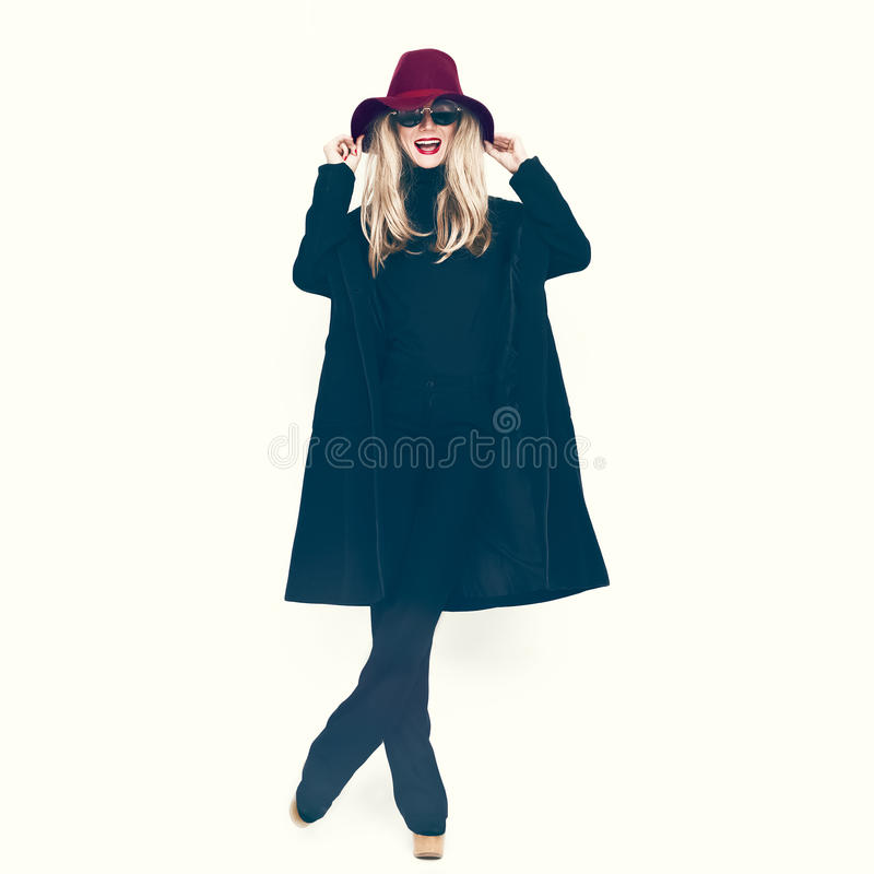 Γοητευτική κυρία σε ένα μαύρα παλτό και ένα καπέλο στοκ φωτογραφία με δικαίωμα ελεύθερης χρήσης