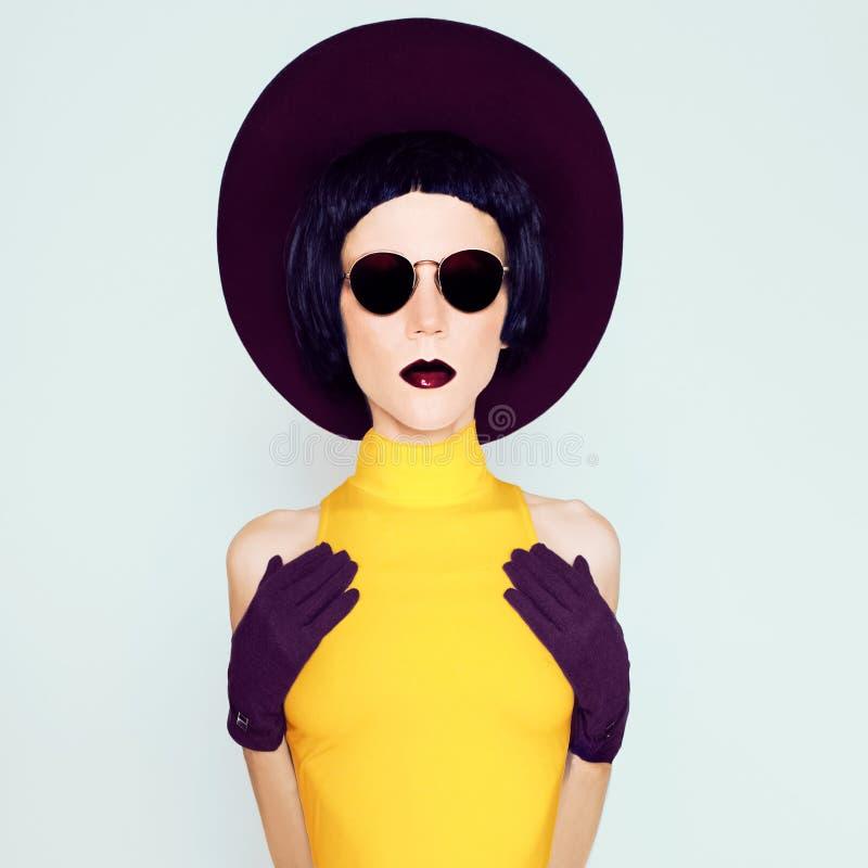 Γοητευτική κυρία burgundy στο εκλεκτής ποιότητας καπέλο και τα γάντια στοκ εικόνα με δικαίωμα ελεύθερης χρήσης