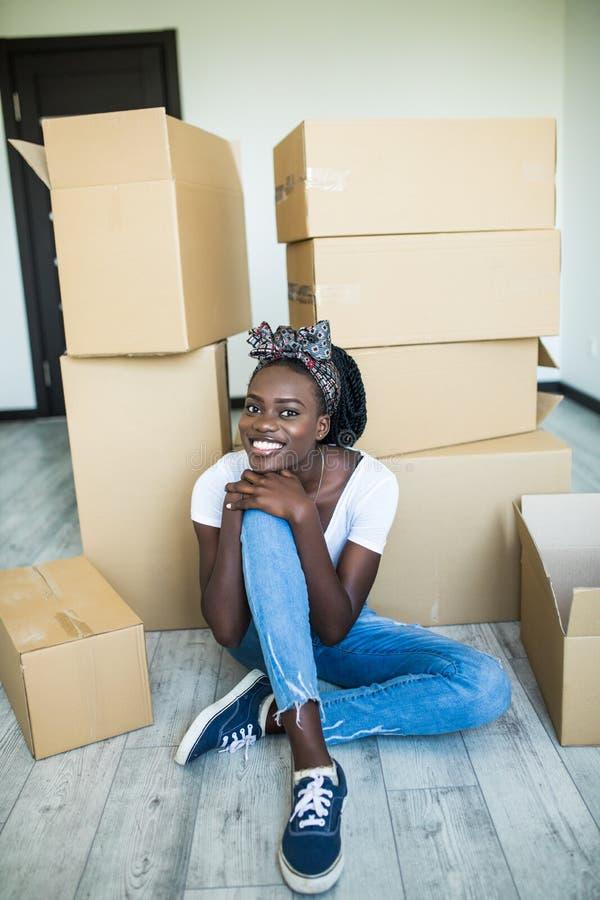 ?? ??????? ???? Γοητευτική νέα αφρικανική στάση κοριτσιών στα γόνατά της στο  στοκ φωτογραφία