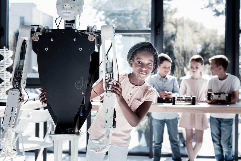 Γοητευτική νέα γυναικεία τοποθέτηση με τη ρομποτική μηχανή στοκ φωτογραφία με δικαίωμα ελεύθερης χρήσης