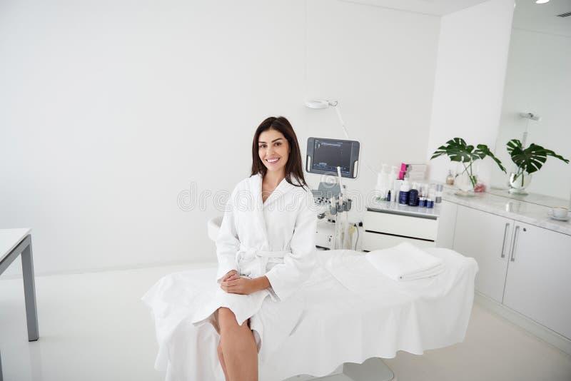 Γοητευτική νέα γυναικεία τοποθέτηση στο σύγχρονο σαλόνι ομορφιάς στοκ φωτογραφίες