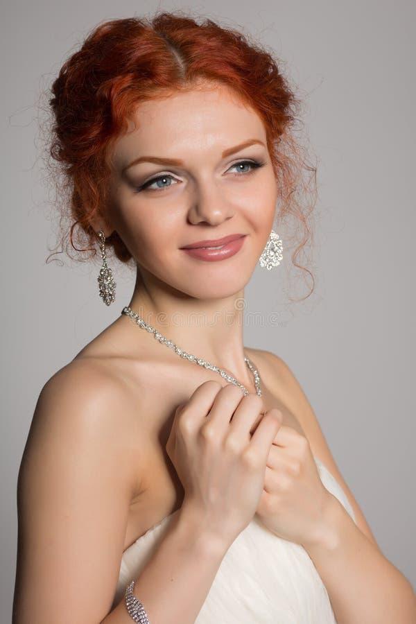 Γοητευτική νύφη στο εθιμοτυπικό φόρεμα στοκ εικόνα με δικαίωμα ελεύθερης χρήσης