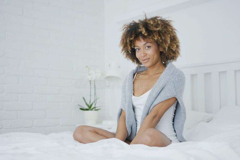 Γοητευτική πρότυπη τοποθέτηση στο κρεβάτι στοκ εικόνες