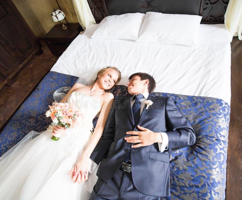Γοητευτικοί νύφη και νεόνυμφος στην κρεβατοκάμαρά τους στοκ φωτογραφίες με δικαίωμα ελεύθερης χρήσης