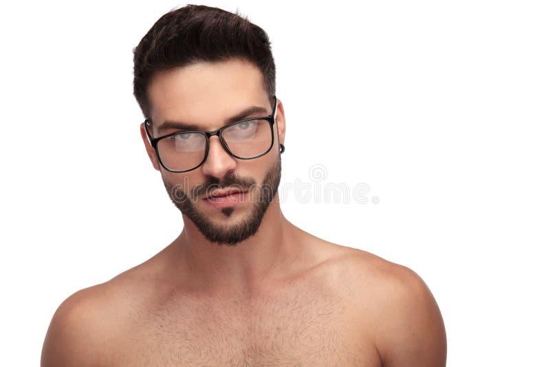Γοητευτικός γυμνός τύπος με eyeglasses που φαίνονται σοβαρά στοκ εικόνες