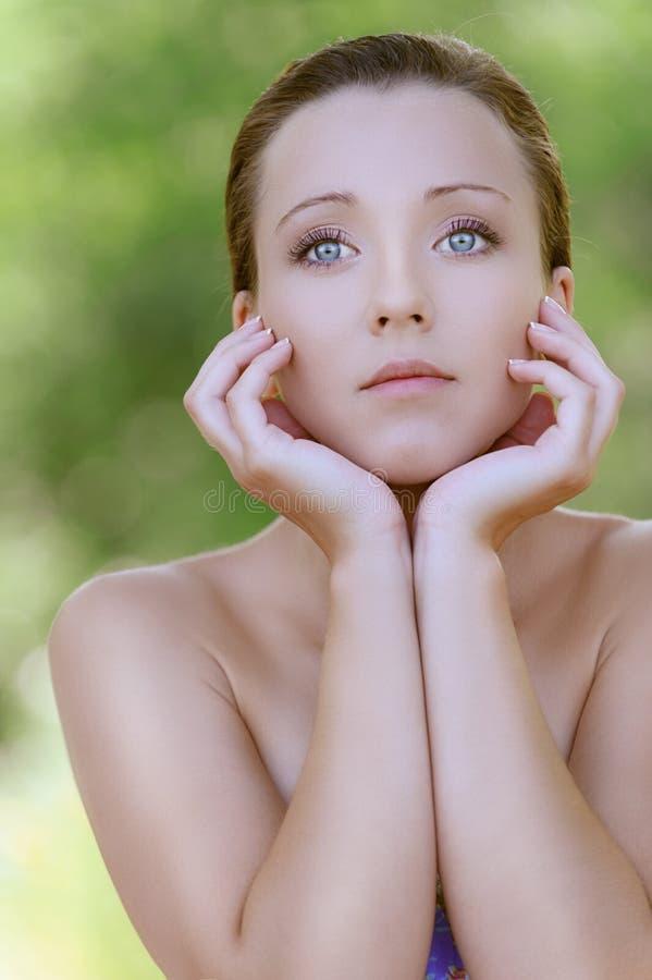 Γοητευτικός τη νέα γυναίκα κοντά επάνω στοκ φωτογραφία με δικαίωμα ελεύθερης χρήσης
