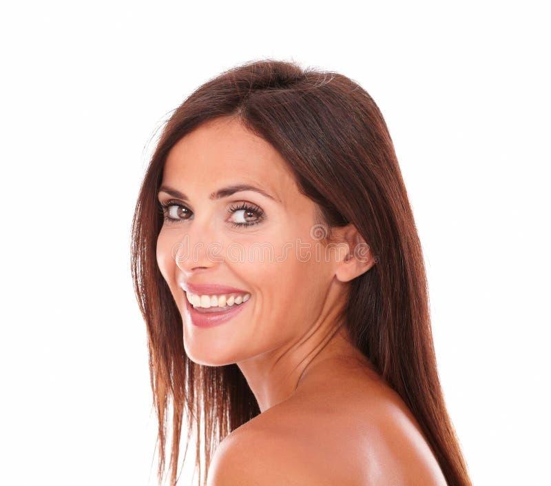 Γοητευτικό λατινικό χαμόγελο γυναικών στη κάμερα στοκ φωτογραφία