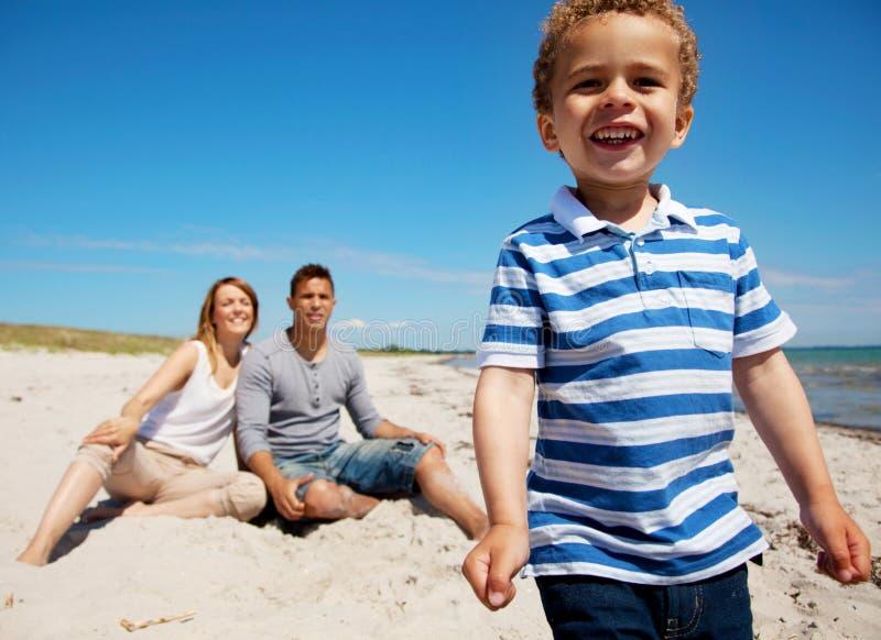 Γοητευτικό κατσίκι με Mom και μπαμπάς στις διακοπές στοκ εικόνα