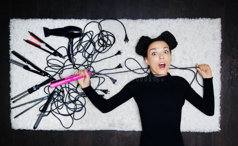 Γοητευτικό κορίτσι ο κομμωτής με τα dreadlocks σε επικεφαλής της strang στοκ φωτογραφία με δικαίωμα ελεύθερης χρήσης