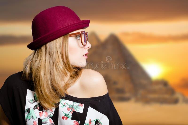 Γοητευτικό κορίτσι στα γυαλιά hipster στην πυραμίδα της Αιγύπτου στοκ εικόνες