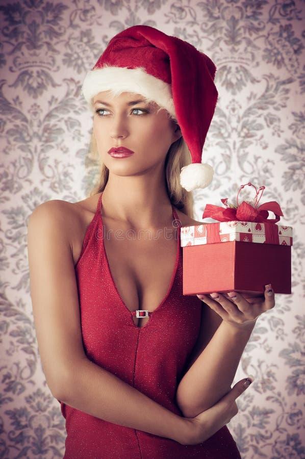 Γοητευτικό κορίτσι στο βλαστό Χριστουγέννων στοκ εικόνες