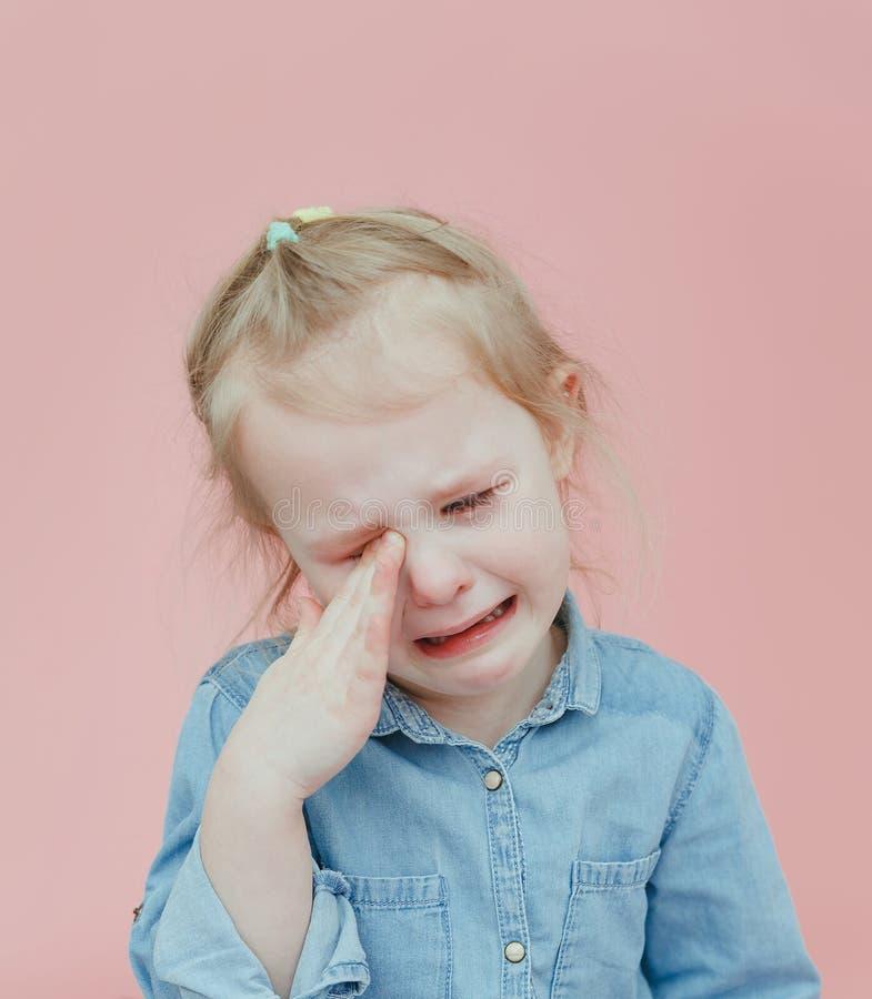 Γοητευτικό μικρό κορίτσι να φωνάξει ενδυμάτων τζιν στοκ εικόνα