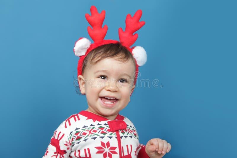 Γοητευτικό μικρό παιδί στις πυτζάμες Χριστουγέννων στοκ εικόνες