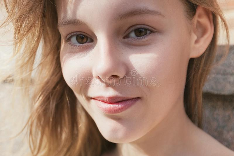Γοητευτικό νέο κορίτσι υπαίθρια στον ήλιο στοκ εικόνες