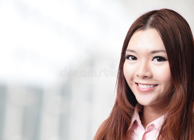 Γοητευτικό πρόσωπο χαμόγελου κοντά επάνω της επιχειρησιακής γυναίκας στοκ εικόνες