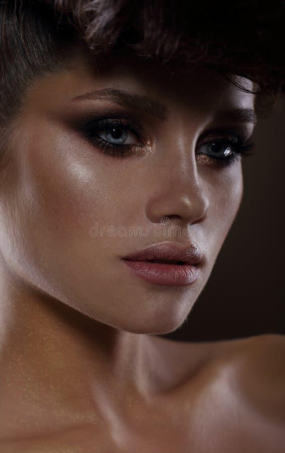 Γοητευτικό πρότυπο μόδας με σκοτεινό Mascara στοκ φωτογραφίες με δικαίωμα ελεύθερης χρήσης