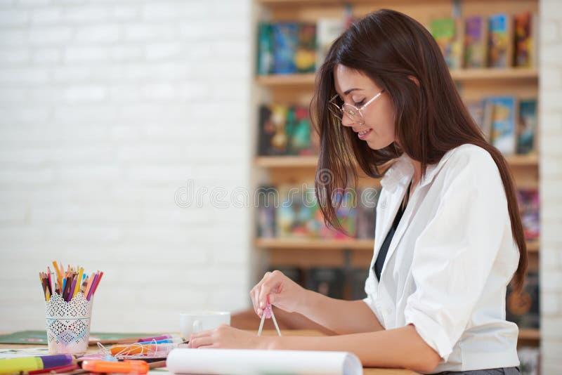Γοητευτικό σχέδιο κοριτσιών που χρησιμοποιεί τις πυξίδες στοκ φωτογραφία