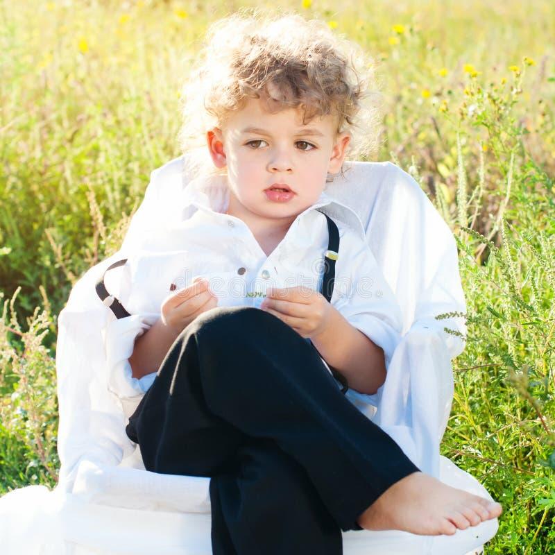Γοητευτικό όμορφο παιδί με τη σγουρή τρίχα Όμορφο αγόρι παιδιών στοκ φωτογραφία