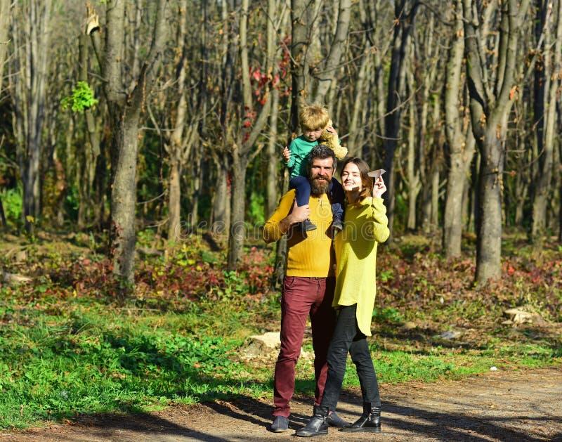 Γονέας με λίγο παιχνίδι γιων μωρών με το παιχνίδι αεροπλάνων εγγράφου στο πάρκο, διακινούμενη έννοια Ταξίδι με το αεροπλάνο Η πτή στοκ φωτογραφίες