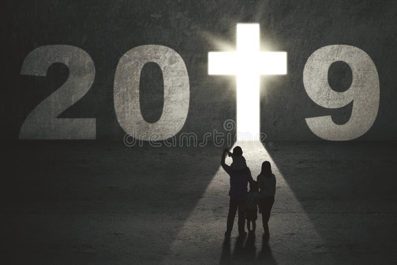 Γονείς και παιδιά με τον αριθμό 2019 στοκ εικόνες