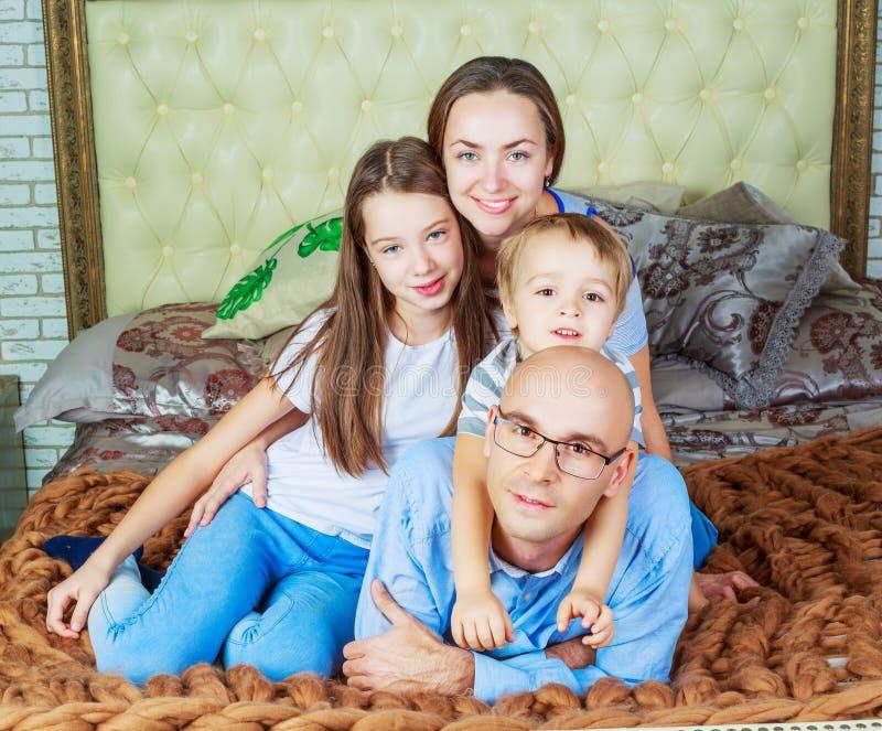 Γονείς με τα παιδιά στο σπίτι στοκ φωτογραφία