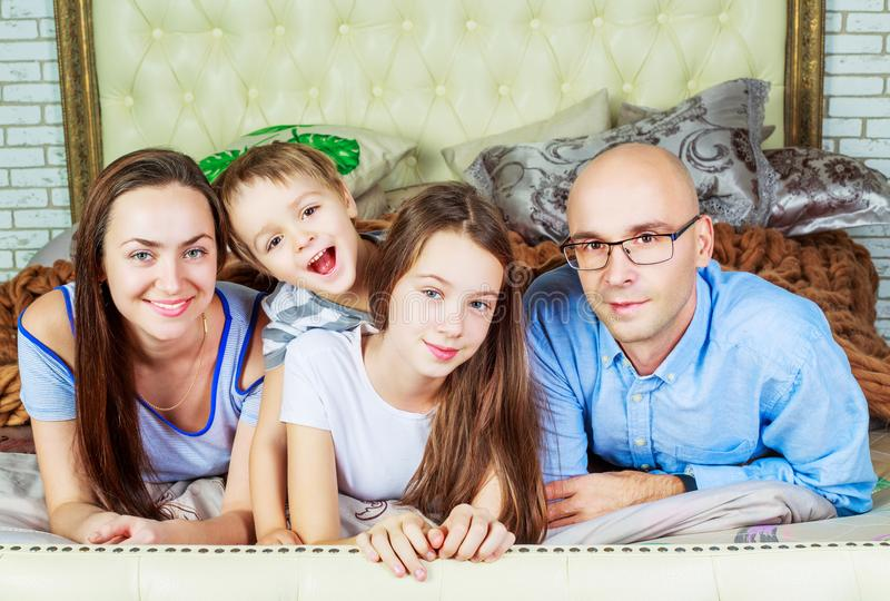Γονείς με τα παιδιά στο σπίτι στοκ φωτογραφία με δικαίωμα ελεύθερης χρήσης