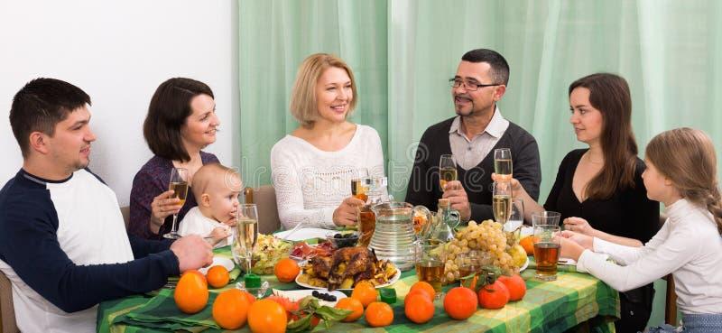 Γονείς, παππούδες και γιαγιάδες και παιδιά togethe που συγχαίρουν στοκ εικόνα