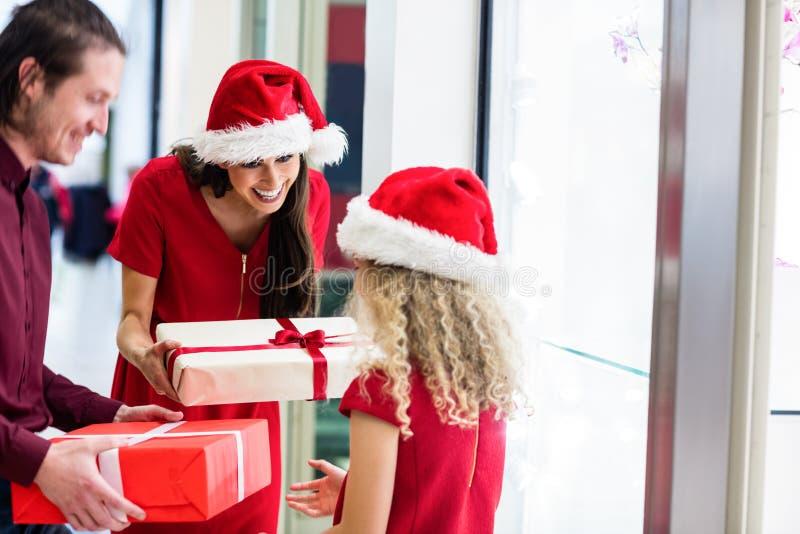 Γονείς που δίνουν τα δώρα Χριστουγέννων στην κόρη τους στοκ φωτογραφίες