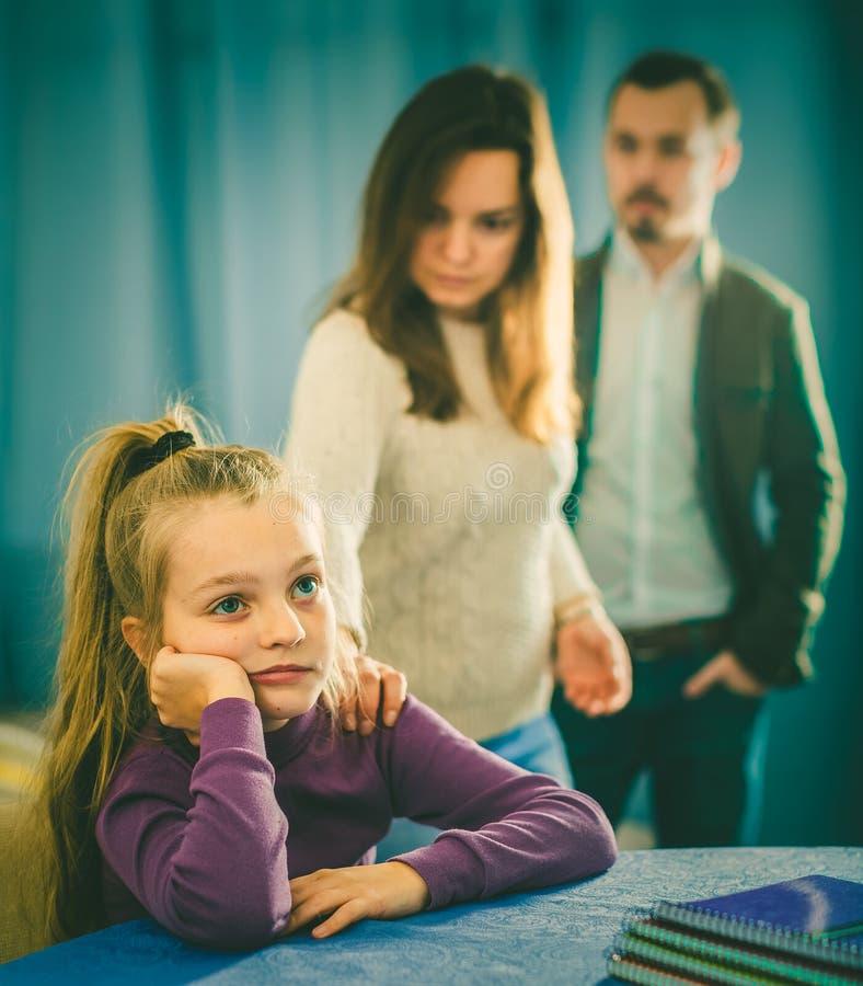 Γονείς που μιλούν την κόρη στοκ εικόνα με δικαίωμα ελεύθερης χρήσης
