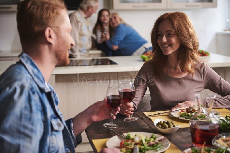 Γονείς που ξοδεύουν το χρόνο μαζί κατά τη διάρκεια του οικογενειακού γεύματος στην κουζίνα στοκ φωτογραφίες